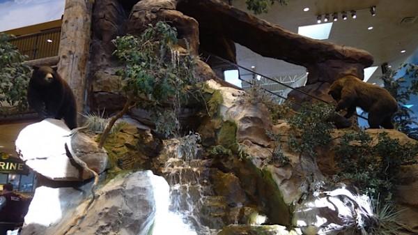 Rulletrappa opp til 2.etg går bak dette fossefallet med svartbjørn