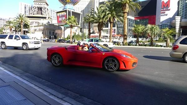 Mens andre kjørte Ferrari