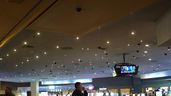 Tror Datatilsynet ville hatt noen innvendinger mot bruk av ITV i Las Vegas. Fra baren hvor vi satt telte Knut Erik 83 kameraer i taket
