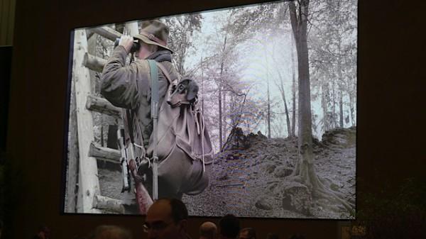 Storskjerm hos Blaser, her sto det konstant min.20 mennesker å kikket på filmen som snurret.