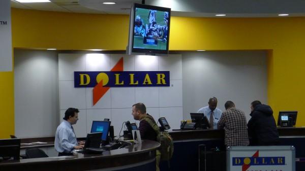 Broder hos Dollar for å hente bil