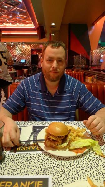 Burger og Pommes frites smakte helt greit for vi var sultne