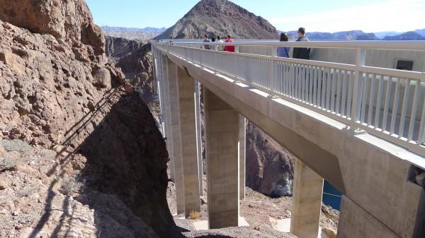 Dette er både gangbru og motorvei over Hoover dam