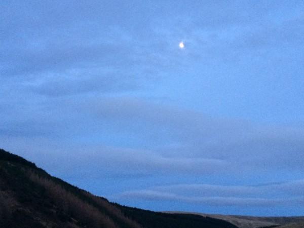 Da jeg kom til bilen var månen på full fart opp