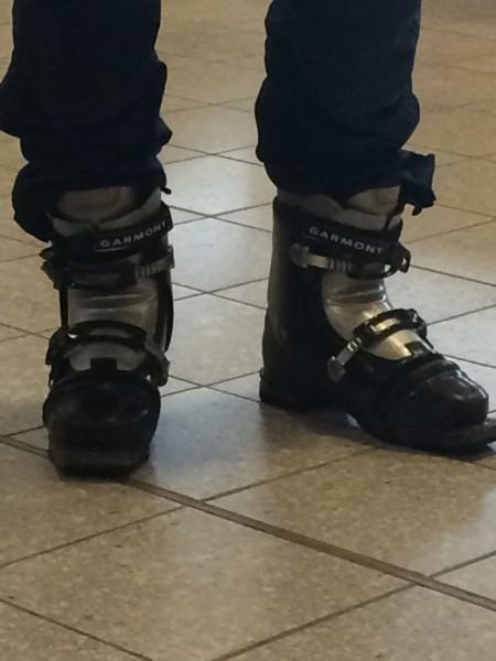 På flyplassen i Scotland, med slalomstøvler???