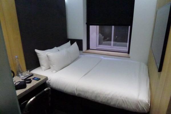 Dette er det minste rommet jeg noensinne har hatt på et hotel. Men det var meget godt utnyttet