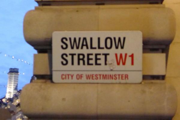 Gaucho har adresse i Swallow street, og jeg klarte ikke å unngå å nevne dette... Tok et sekund, så ble hun først paff, så rødmet hun for deretter å bryte ut i latter