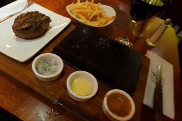 Steak & Co har en egen vri på sakene. Du får ei glovarm steinplate og steker bit for bit selv. Litt smør på plata, så litt salt, så kjøtt