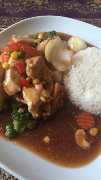 Kylling, grønnsaker, cashew, ris etc. Var veldig godt. Og en fin pris (69,-)