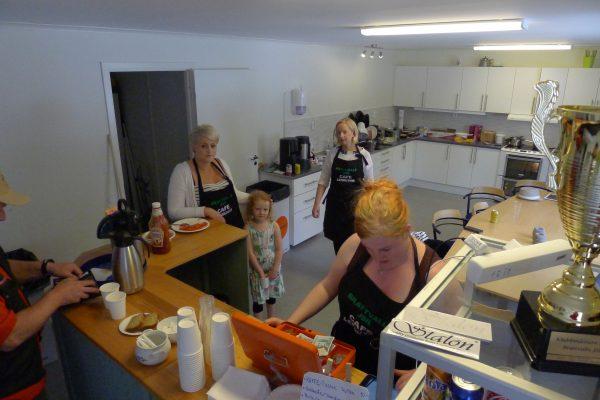 Damene på kjøkkenet sørget for at vi hadde mat og drikke fra tidlig til sent. Linda, Maria og Sandra